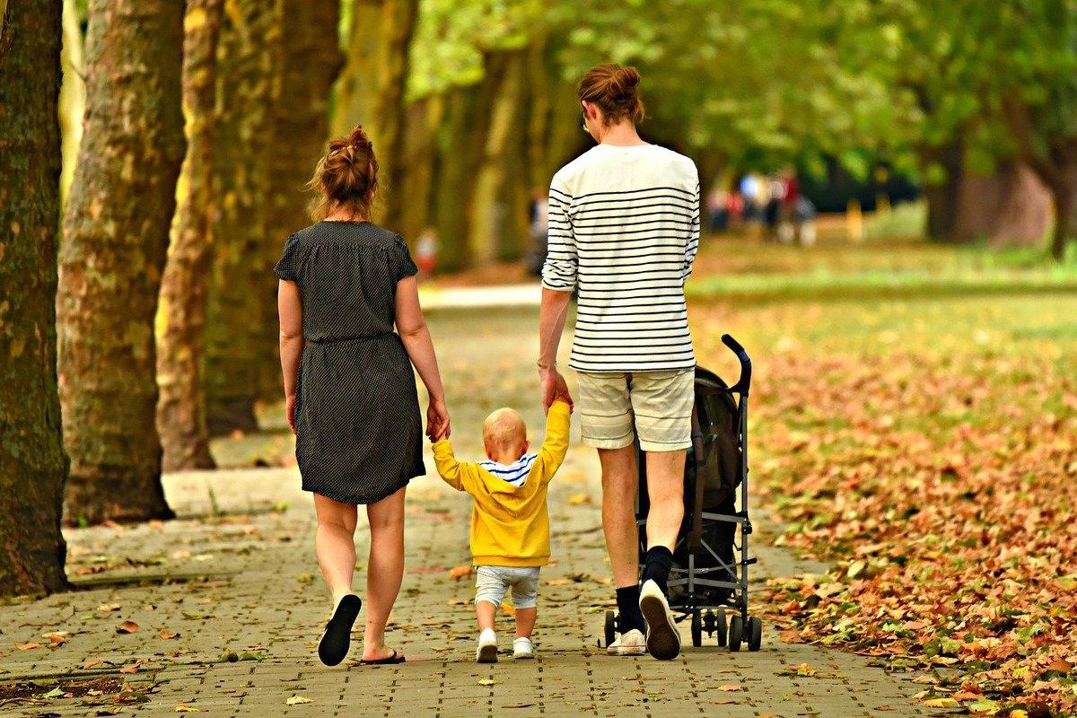 barnfamilj som är ute och går