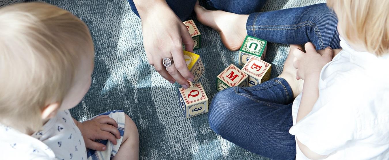 barn leker med förälder