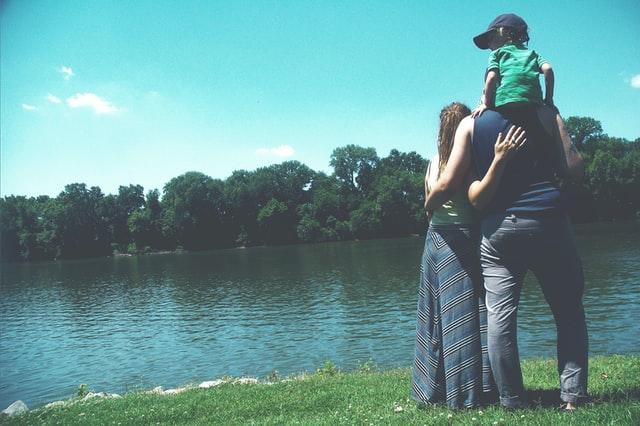 familj tittar mot vatten