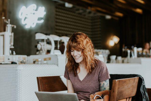 kvinna med laptop